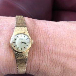Woman's Seiko gold plated bracelet style watch